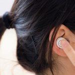 女性の右耳