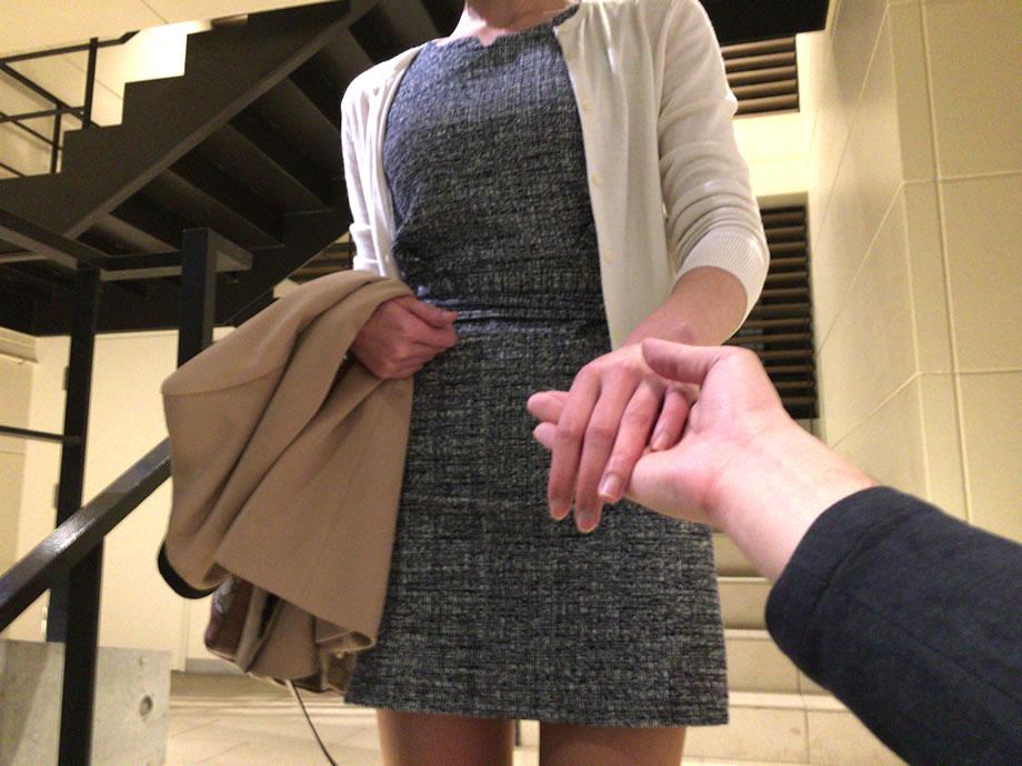 手をのせる女性