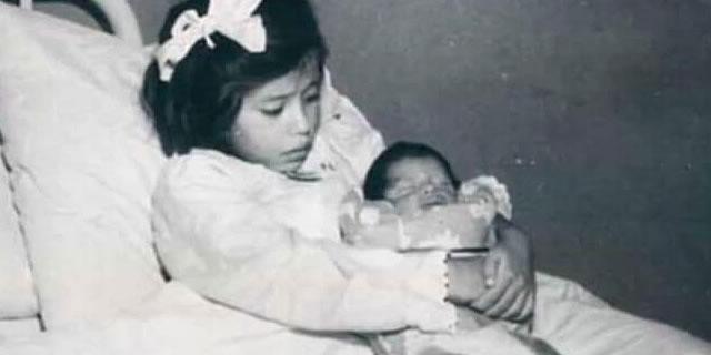 赤ちゃんを抱く少女